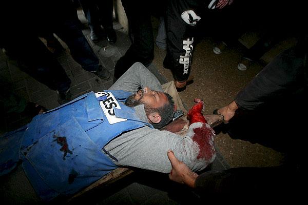 Ataque a la prensa    15/01/09. Doctores palestinos atienden al periodista Mohammed al Sosse tras resultar herido en el ataque israelí a un centro de prensa internacional en la Franja de Gaza.