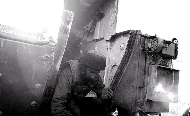 SOldado israelí en blanco y negro (16/1/2009). Guerra en blanco y negro. Un soldado israelí baja de un vehículo blindado en la zona de Atatra, en la franja de Gaza.