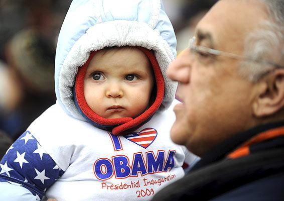 Niño abrigado en el concierto por Obama (