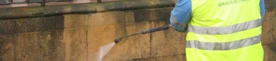 Un operario quita una pintada en la plaza de la Catedral