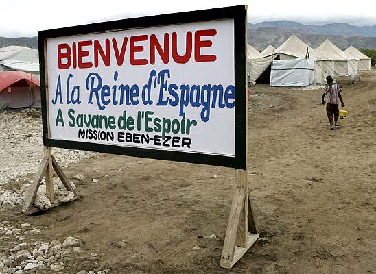 Bienvenida a la Reina SOfía (23/1/2009). Bienvenida a la Reina. Cartel de bienvenida a la Reina Sofía momentos antes de la visita de la monarca española al campamento de refugiados de los huracanes en Gonaives, Haití.