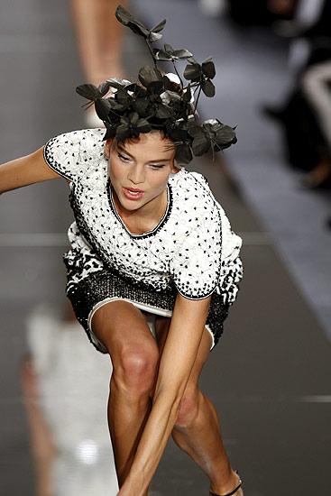 Modelo tropieza en París (27/1/2009). Tropiezo de moda. Una modelo tropieza en la pasarela durante el desfile del diseñador alemán Karl Lagerfeld en la semana de la alta costura en París.