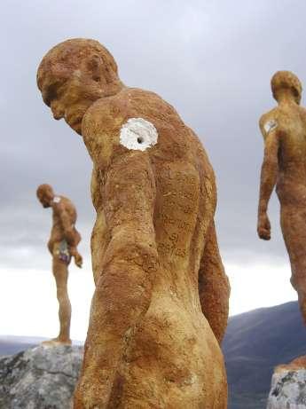 Escultura tiroteada en El Torno