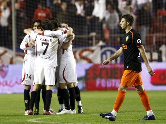 Los sevillistas celebran el triunfo ante la mirada de Joaquín