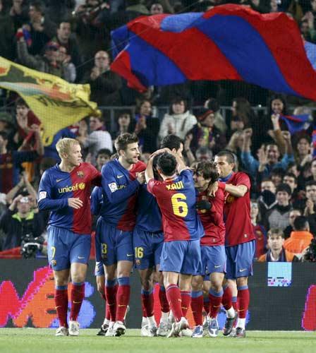 Los jugadores del Barcelona celebran un gol del partido