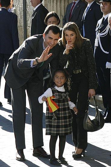 De cumpleaños        30/01/09. De cumpleaños. Los Príncipes de Asturias bromean en Yecla  con una niña, hija de inmigrantes sudamericanos, que lleva una bandera española en la mano, tras la visita que han realizado al ayuntamiento de la localidad. El Príncipe ha cumplido 41 años en Murcia.