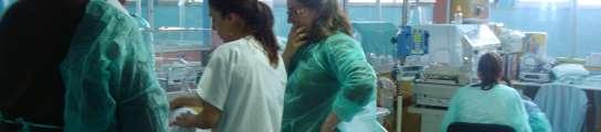 Unos padres contemplan a su hijo en la Unidad de Neonatología.