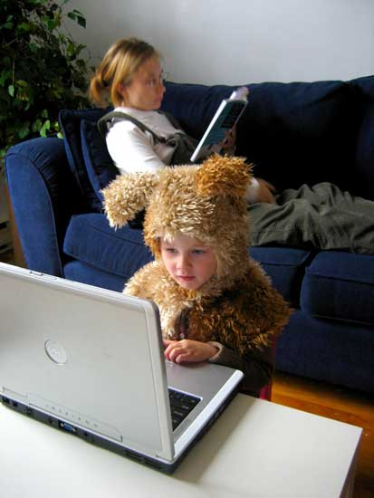 Un niño navega por Internet