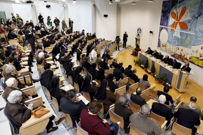 Momento del acto de inauguración de la Universidad, dependiente de la orden de los Carmelitas Descalzos.