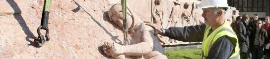 Momento en que un operario empieza a retirar las piezas del monumento
