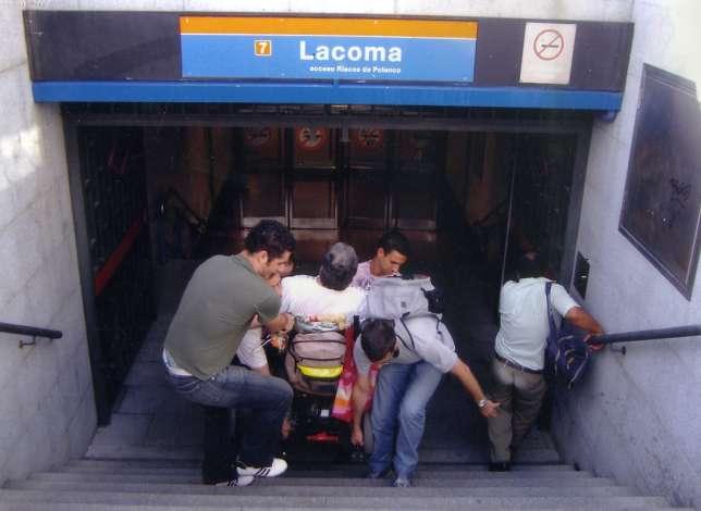 Consuelo (en silla de ruedas), intentando salir de la estación de Lacoma.