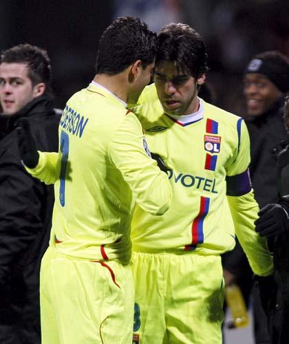Juninho celebra el gol