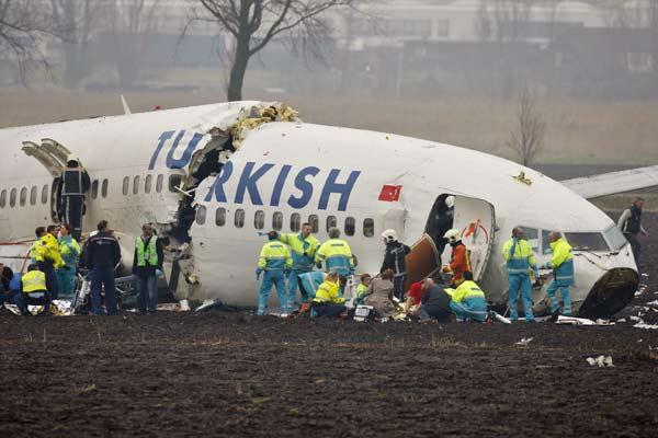 Tareas de rescate tras el accidente en Amsterdam