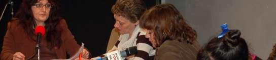 Reclusas graban un programa de radio.