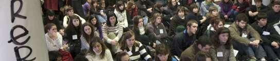 Sentada de los estudiantes este jueves en defensa de las filologías.