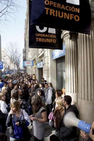 Largas colas en el centro de barcelona para participar en - Calle casp barcelona ...