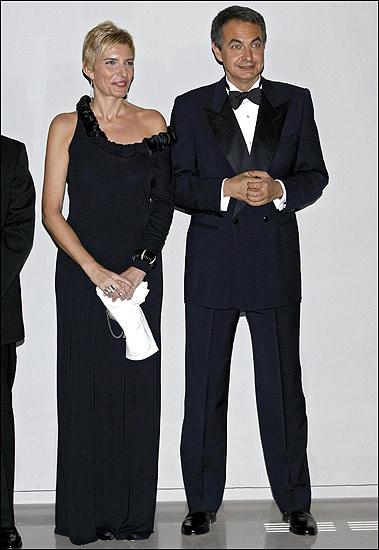 Con un vestido de noche. El presidente del Gobierno y Sonsoles Espinosa posan durante la cena de la gala con motivo de la ampliación del Museo del Prado en octubre de 2007.