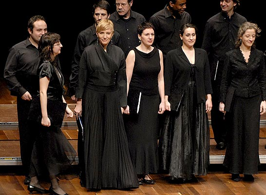 De negro. En febrero de este año 2009 Sonsoles Espinosa (4d), esposa del presidente del Gobierno José Luis Rodriguez Zapatero, inauguró con el Coro Antiphonarium, en el ciclo de Artes Escénicas y Músicas Históricas, en el Auditorio Ciudad de León.
