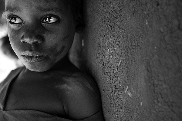 Niño desplazado en Uganda. Uno de los millones de niños desplazados de Uganda por la guerra civil que asola al país desde hace 20 años.