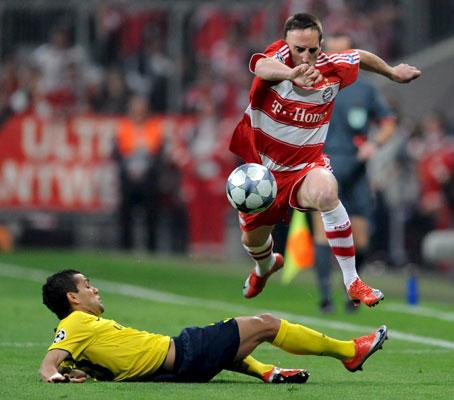 Alves intenta arrebatarle el balón a Ribery