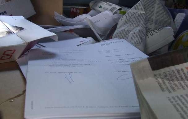 Interior del contenedor con los documentos de Vitalicio Seguros.
