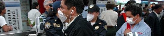 Viajeros mexicanos en el metro con mascarillas