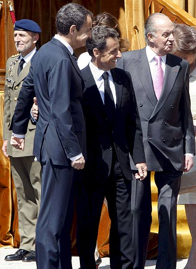 Juan Carlos, Sarkozy y ZP. El rey Juan Carlos, el presidente del Gobierno español, José Luis Rodríguez (i) y el presidente de Francia, Nicolás Sarkozy (c), durante la bienvenida ofecida por los Reyes.