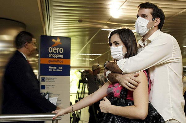 Pareja protegida contra la gripe porcina