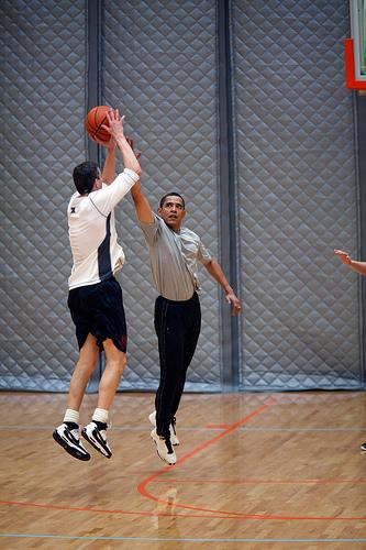 Barack Obama jugando al baloncesto. El presidente Barack Obama juega al baloncesto con el secretario de Educación, Arne Duncan.