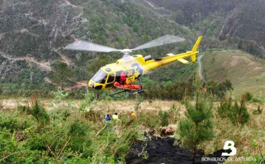 El helicóptero de los bomeros durante el rescate