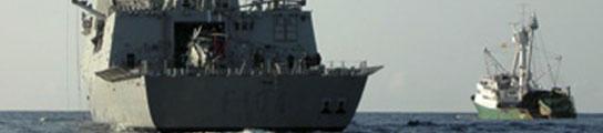 Un buque español rescata del agua a un grupo de siete piratas somalíes  (Imagen: 20MINUTOS.ES)