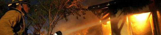 Un incendio sin control deja tres bomberos heridos y 8.000 evacuados en California  (Imagen: Mario Anzuoni / REUTERS)