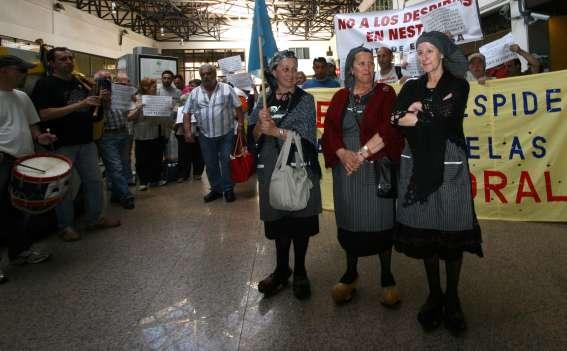 Las 'abuelas de la fabada', en la estación de tren de Gijón.