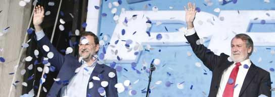 Mayor Oreja y Rajoy, en la sede del PP.