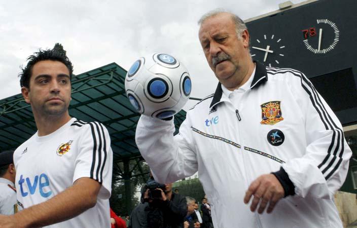 Vicente del Bosque y Xavi Hernández, en un entrenamiento de la selección