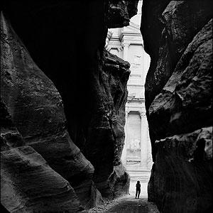 Susan Sontag at Petra, Jordan, 1994. © Annie LEIBOVITZ / Contact Press Images / Contacto. From Annie Leibovitz: A Photografer's Life 1990-2005<br&gr;