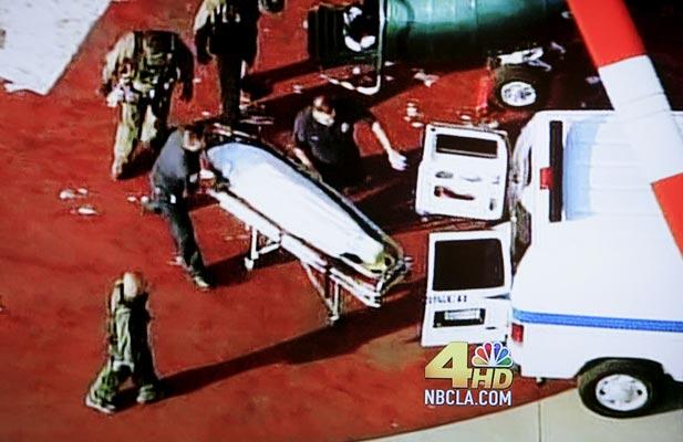 Cuerpo de Michael Jackson sin vida. Michael Jacson ha fallecido a la edad de 50 años. En la foto se aprecia el momento en que retiran su cadáver en una camilla.
