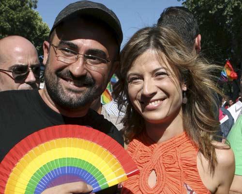 Aído en el Orgullo Gay. La ministra de Igualdad, Bibiana Aído y el presidente de la Federación de Lesbianas, Gays, Transexuales y Bisexuales (FLGTB), Antonio Poveda, durante la manifestación del Orgullo Gay. El lema de la marcha ha sido 'Por una escuela sin armarios'.