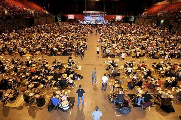 Récord Mundial. Cientos de personas tocan la batería durante un intento de lograr el Récord Mundial de mayor número personas tocando simultáneamente, en el National Indoor Arena, en Birmingham, R. Unido.
