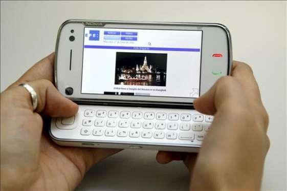 Una persona manda un mensaje desde su móvil.