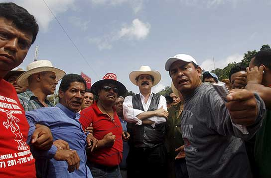 Manuel Zelaya, en la frontera con Honduras