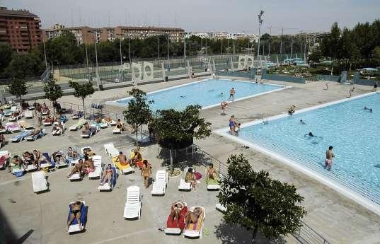Las piscinas municipales est n al borde de su aforo debido for Piscina publica zaragoza