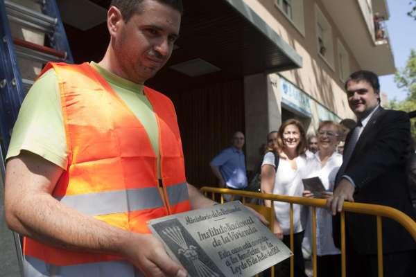 Un operario retira la placa franquista de Numància, 145.