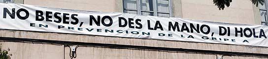 Pancarta en el Colegio de Médicos sobre la gripe A.