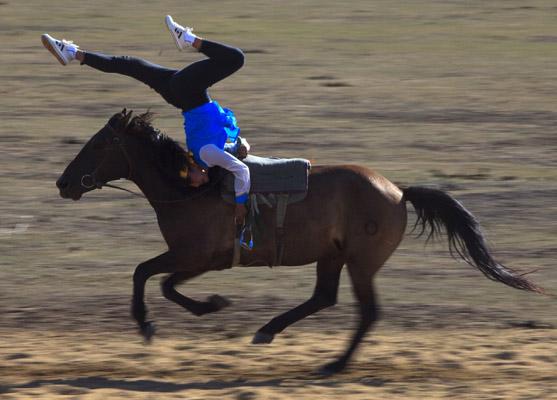 Habilidades sobre caballos. Imagen que muestra cómo un hombre de una etnia mongol realiza una demostración de sus habilidades sobre un caballo en los prados de Zhangbei, China.