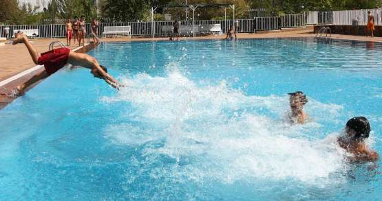 Cierran las piscinas con r cord de ba istas for Piscina hortaleza