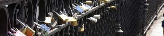 El amor pesa ya demasiado en el Puente de Triana  (Imagen: C. ESCOLÁSTICO)