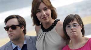 <p>Pineda junto a la actriz Lola Dueñas y Lourdes Naharro</p>