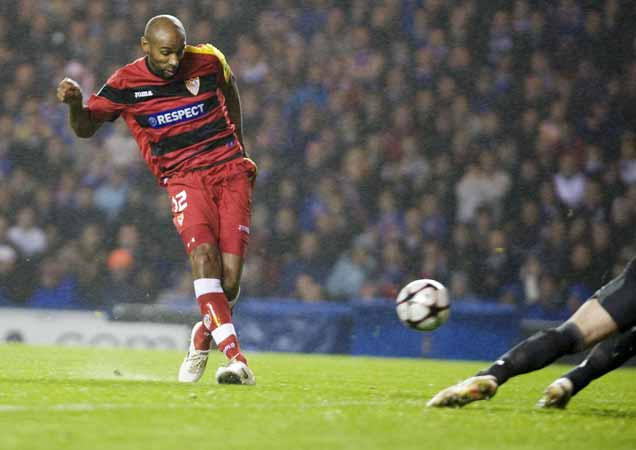 Kanoute, del Sevilla, anota un gol