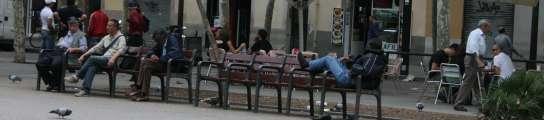 Barcelona instala bancos 'antimendigos' y esquinas 'antiorines' contra los incívicos  (Imagen: TONI AYALA)